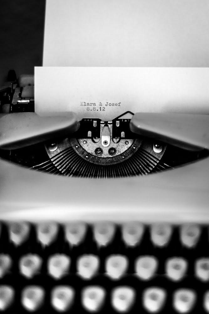 Schreibmaschine mit Namen des Brautpaares
