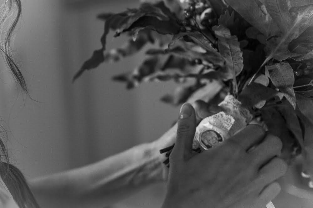Braut hält Brautstrauß fest