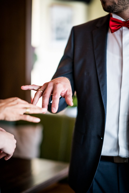 Ehemann zeigt seinen neuen Ring