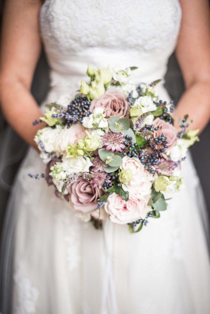 Detailaufnahme der Braut mit Brautstrauß