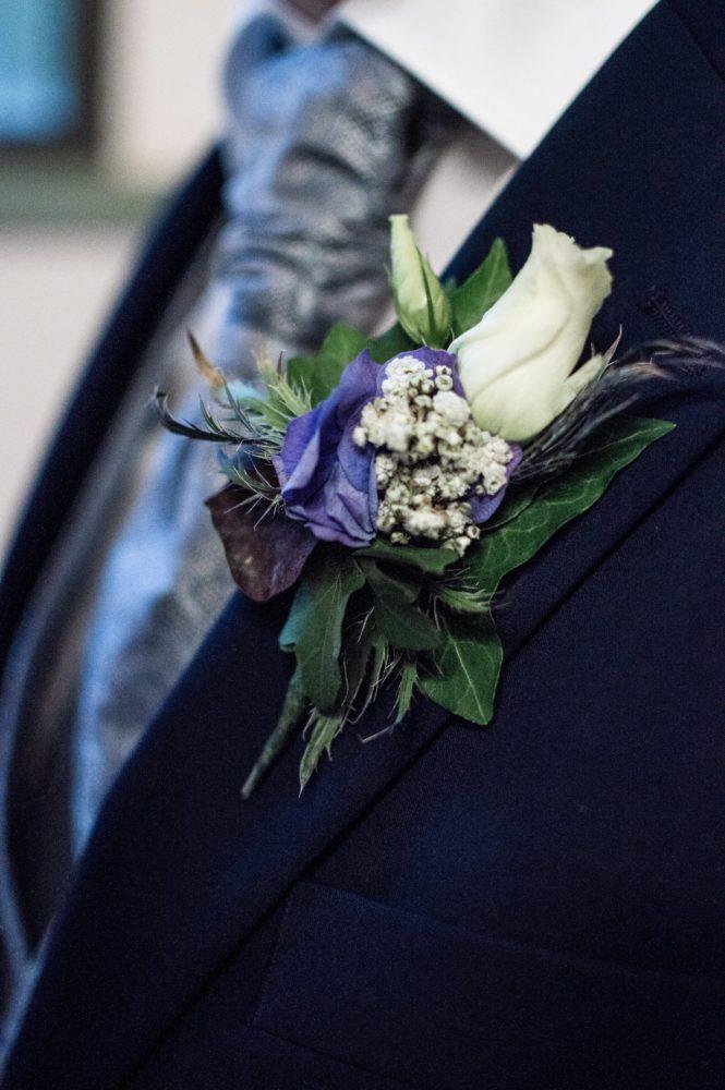 Detailaufnahme von der Ansteckblume vom Bräutigam
