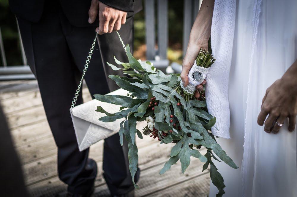 Braut mit Blumenstrauß in der Hand