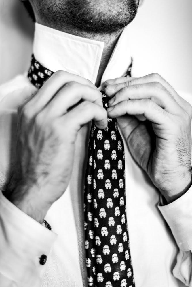 Bräutigam bindet Krawatte zu